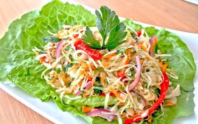 Салат с белокочанной капустой и копченой курице